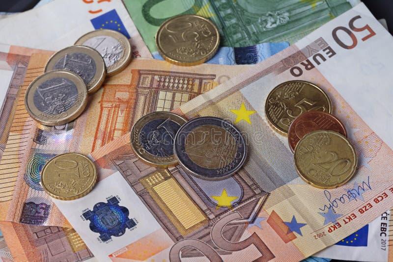 Πολλά χρήματα με τους ευρο- λογαριασμούς και τα νομίσματα στοκ εικόνα με δικαίωμα ελεύθερης χρήσης