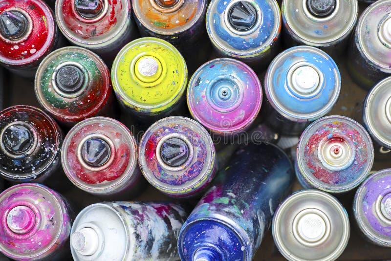 Πολλά χρησιμοποιημένα δοχεία του χρώματος ψεκασμού στοκ εικόνα με δικαίωμα ελεύθερης χρήσης