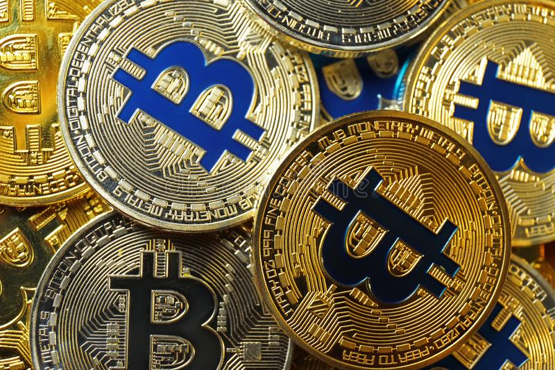 Πολλά χρυσά και ασημένια bitcoins στοκ φωτογραφία με δικαίωμα ελεύθερης χρήσης