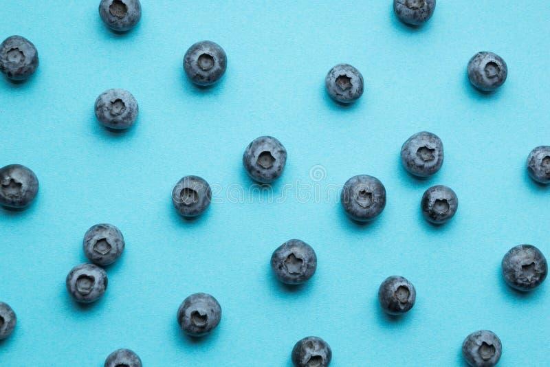 Πολλά ώριμα βακκίνια σε ένα μπλε υπόβαθρο, οριζόντια στοκ εικόνες