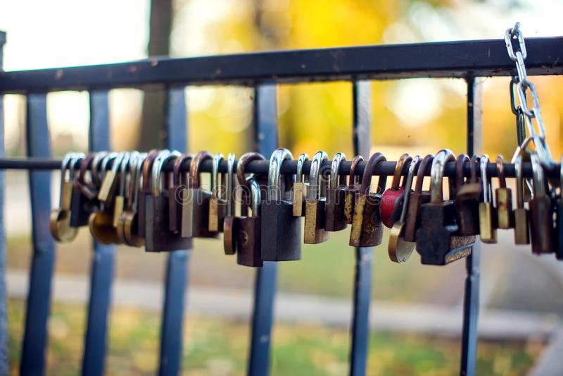 Πολλές διαφορετικές κλειδαριές αγάπης στη γέφυρα στοκ εικόνα