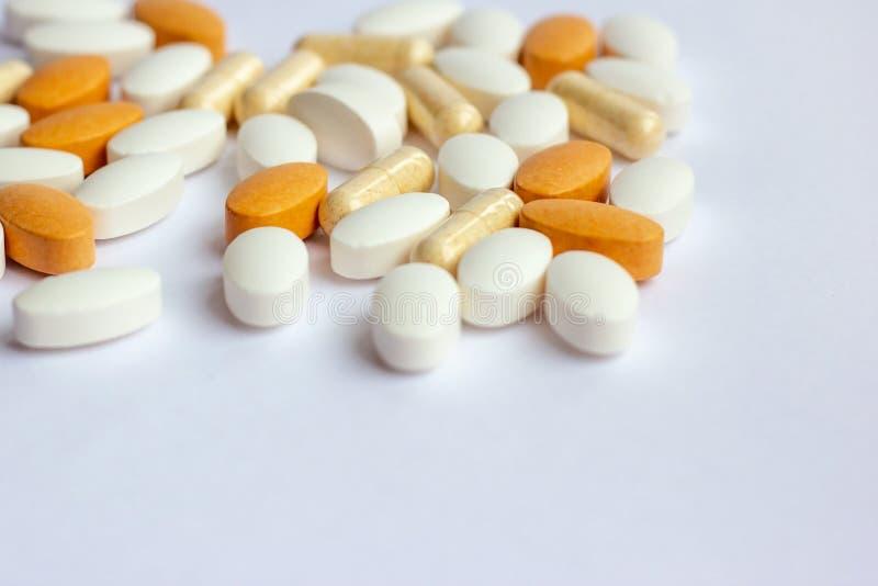 Πολλές διαφορετικές φαρμακευτικές χάπια, ταμπλέτες και κάψες ιατρικής στο άσπρο υπόβαθρο Θέμα φαρμακείων, υγειονομική περίθαλψη στοκ φωτογραφίες