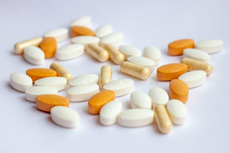 Πολλές διαφορετικές φαρμακευτικές χάπια, ταμπλέτες και κάψες ιατρικής στο άσπρο υπόβαθρο Θέμα φαρμακείων, υγειονομική περίθαλψη στοκ φωτογραφία