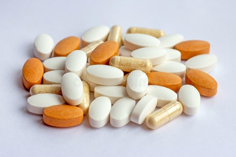 Πολλές διαφορετικές φαρμακευτικές χάπια, ταμπλέτες και κάψες ιατρικής στο άσπρο υπόβαθρο Θέμα φαρμακείων, υγειονομική περίθαλψη στοκ εικόνες