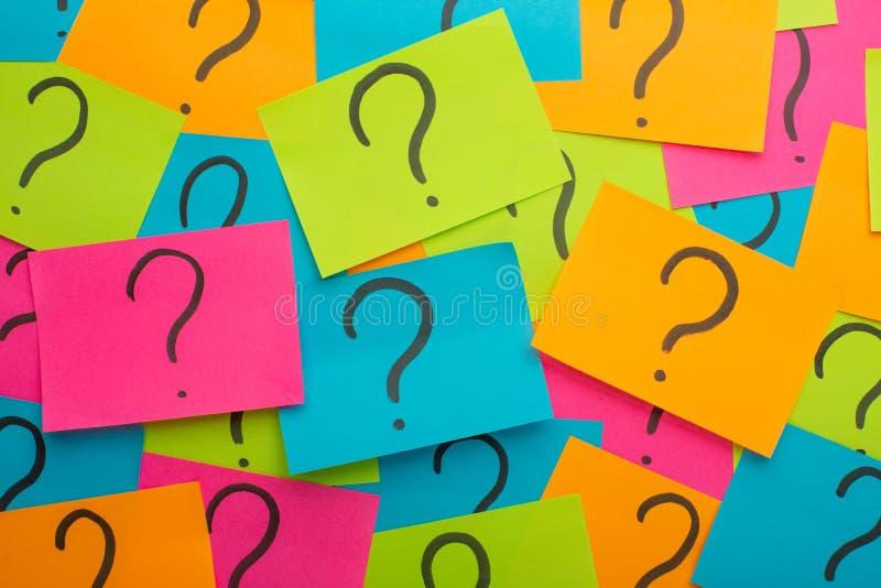 πολλές ερωτήσεις επίση&sigmaf Σωρός των ζωηρόχρωμων σημειώσεων εγγράφου με τα ερωτηματικά closeup στοκ φωτογραφία με δικαίωμα ελεύθερης χρήσης