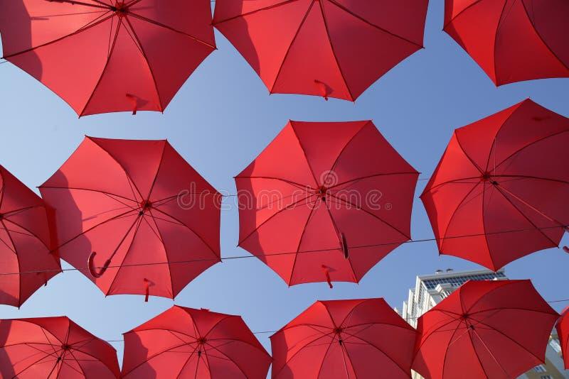Πολλές κόκκινες ομπρέλες ενάντια στο μπλε ουρανό Άποψη από κάτω από Αφηρημένο υπόβαθρο με τις κόκκινες ομπρέλες στοκ φωτογραφίες με δικαίωμα ελεύθερης χρήσης
