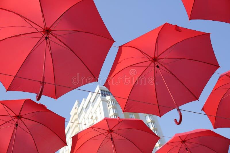 Πολλές κόκκινες ομπρέλες ενάντια στο μπλε ουρανό Άποψη από κάτω από Αφηρημένο υπόβαθρο με τις κόκκινες ομπρέλες στοκ φωτογραφίες