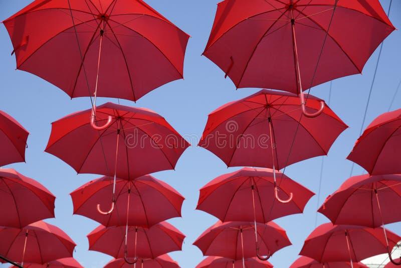 Πολλές κόκκινες ομπρέλες ενάντια στο μπλε ουρανό Άποψη από κάτω από Αφηρημένο υπόβαθρο με τις κόκκινες ομπρέλες στοκ εικόνα