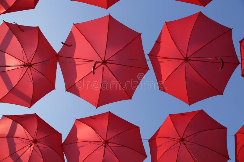Πολλές κόκκινες ομπρέλες κοραλλιών ενάντια στο μπλε ουρανό Άποψη από κάτω από Αφηρημένο υπόβαθρο με τις κόκκινες ομπρέλες στοκ φωτογραφίες με δικαίωμα ελεύθερης χρήσης