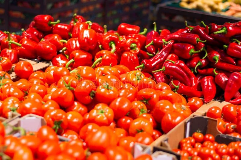 Πολλές ντομάτες στα κιβώτια στο κατάστημα στοκ εικόνα με δικαίωμα ελεύθερης χρήσης