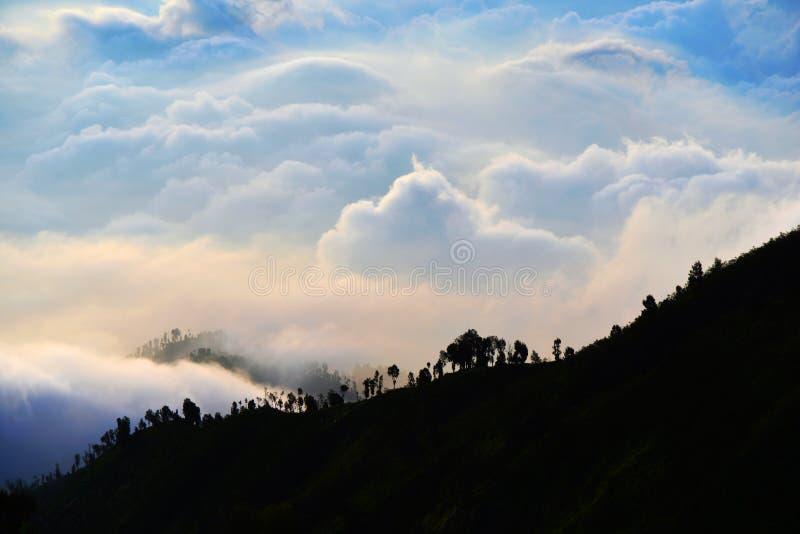 Πολλές στρώσεις σύννεφου πίσω από το βουνό κατά τη διάρκεια του ηλιοβασίλεμα στοκ εικόνα με δικαίωμα ελεύθερης χρήσης