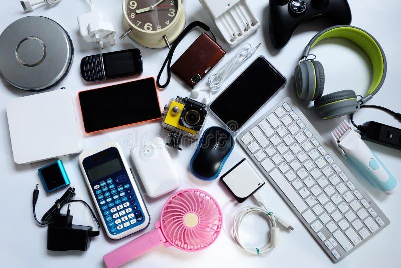 Πολλές χρησιμοποιημένες σύγχρονες ηλεκτρονικές συσκευές για την καθημερινή χρήση στο άσπρο πάτωμα, την επαναχρησιμοποίηση και την στοκ εικόνες