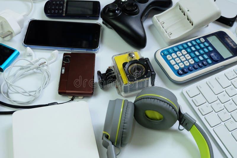 Πολλές χρησιμοποιημένες σύγχρονες ηλεκτρονικές συσκευές για την καθημερινή χρήση στο άσπρο πάτωμα, την επαναχρησιμοποίηση και την στοκ εικόνα με δικαίωμα ελεύθερης χρήσης
