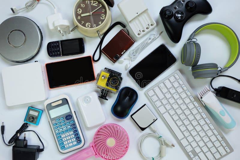 Πολλές χρησιμοποιημένες σύγχρονες ηλεκτρονικές συσκευές για την καθημερινή χρήση στο άσπρο πάτωμα, την επαναχρησιμοποίηση και την στοκ φωτογραφίες
