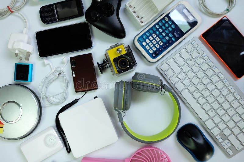Πολλές χρησιμοποιημένες σύγχρονες ηλεκτρονικές συσκευές για την καθημερινή χρήση στο άσπρο πάτωμα, την επαναχρησιμοποίηση και την στοκ φωτογραφία