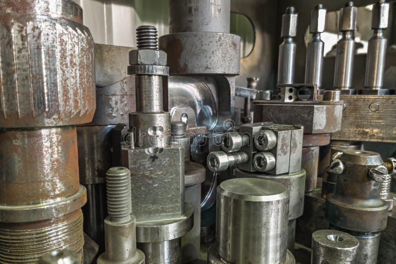 Πολλή παλαιά οξυδωμένη σκοτεινή βιομηχανική πλάτη κατόχων αποθεμάτων κατεργασίας στοκ φωτογραφίες