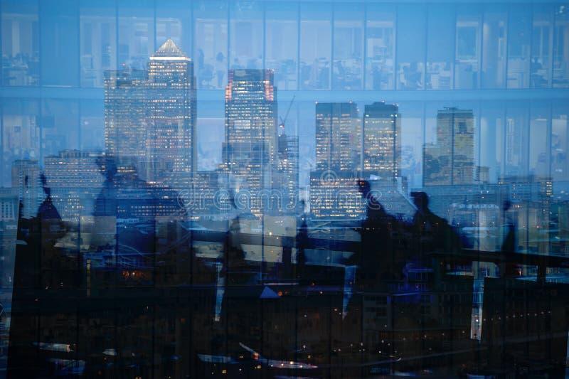 Πολλαπλάσια έκθεση των κατόχων διαρκούς εισιτήριου και των ουρανοξυστών πόλεων στο Λονδίνο στοκ εικόνα