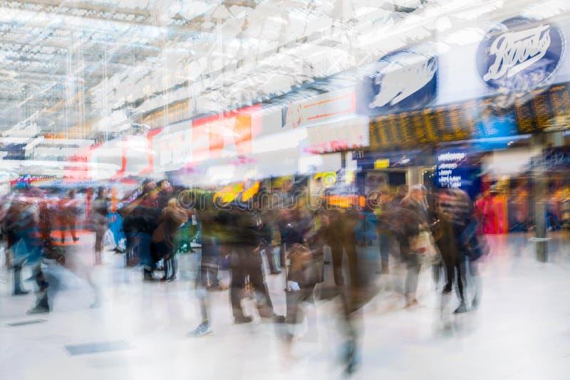 Πολλαπλάσια εικόνα έκθεσης των μερών των ανθρώπων που περπατούν και που περιμένουν την τροφή στο Βατερλώ στοκ φωτογραφίες