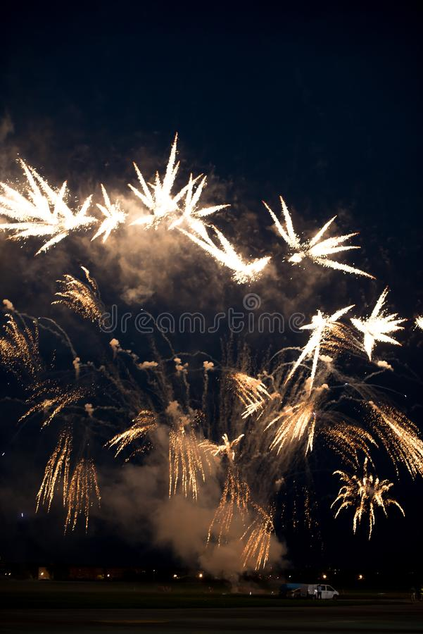 Πολλαπλάσια χρυσά πυροτεχνήματα στοκ φωτογραφίες με δικαίωμα ελεύθερης χρήσης