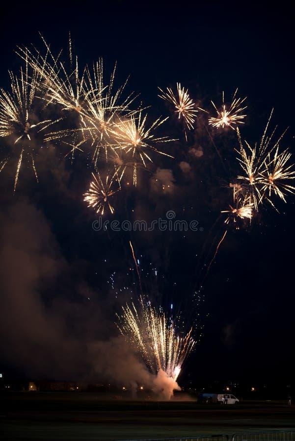 Πολλαπλάσια χρυσά πυροτεχνήματα στοκ εικόνες