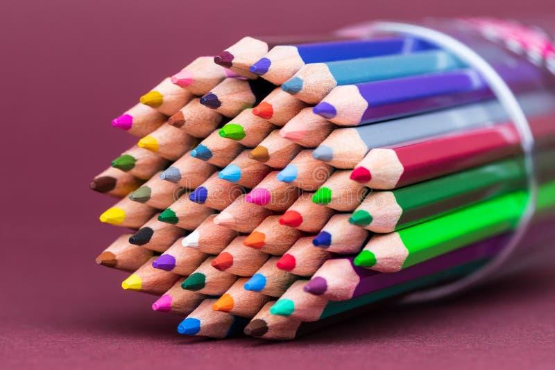 Πολλαπλάσιες χρωματισμένες άκρες μολυβιών που αντιμετωπίζουν αριστερά στοκ φωτογραφία