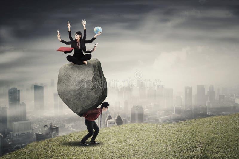 Πολλαπλών καθηκόντων επιχειρηματίας με το συνεργάτη της στο λόφο στοκ εικόνα με δικαίωμα ελεύθερης χρήσης