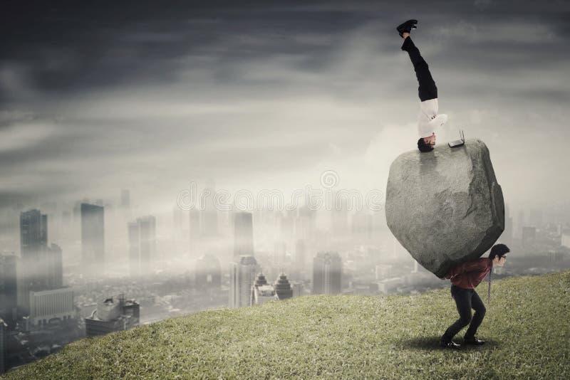 Πολλαπλών καθηκόντων επιχειρηματίας με το συνεργάτη της στο λόφο στοκ εικόνες