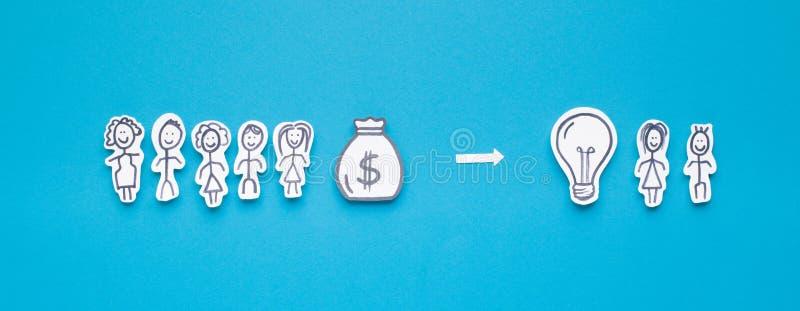 Πολλοί άνθρωποι με τα χρήματα που βοηθούν τις οικογένειες με τη φρέσκια ιδέα στοκ εικόνες
