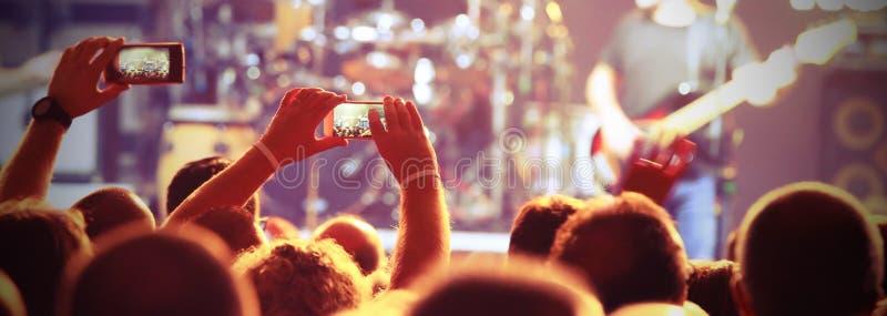 Πολλοί άνθρωποι στη ζωντανή συναυλία στοκ εικόνες
