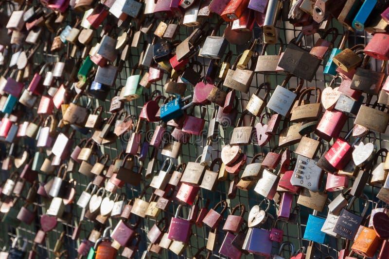 Πολλοί αγαπούν τις κλειδαριές ή τα λουκέτα αγάπης στοκ φωτογραφίες
