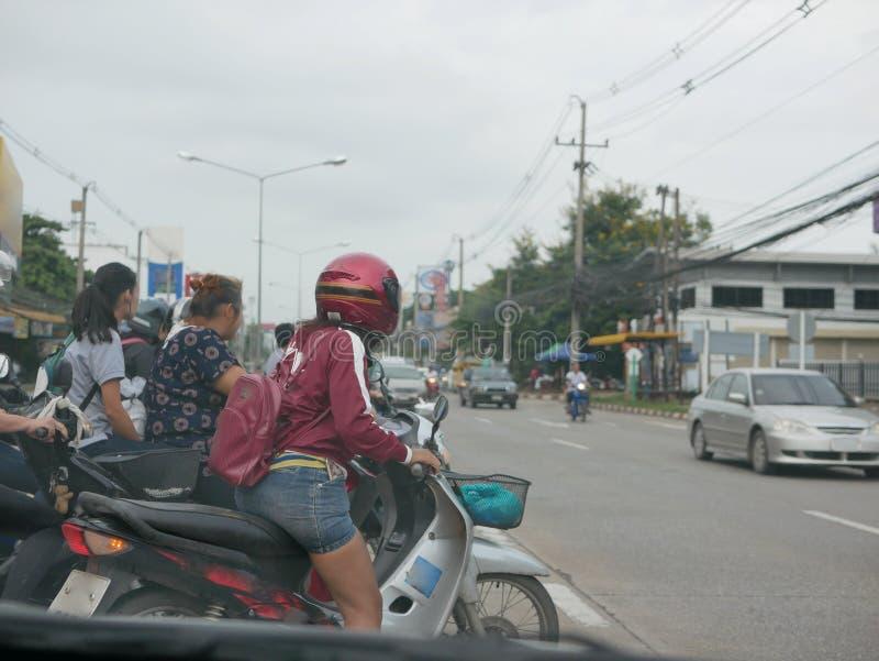 Πολλοί αναβάτες μοτοσικλετών που περιμένουν και περίπου για να απογειωθούν σε μια u-στροφή στοκ φωτογραφία με δικαίωμα ελεύθερης χρήσης