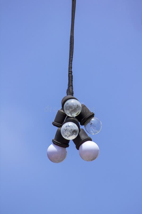 Πολλοί βολβοί κρεμούν με ένα υπόβαθρο ουρανού στοκ εικόνες με δικαίωμα ελεύθερης χρήσης