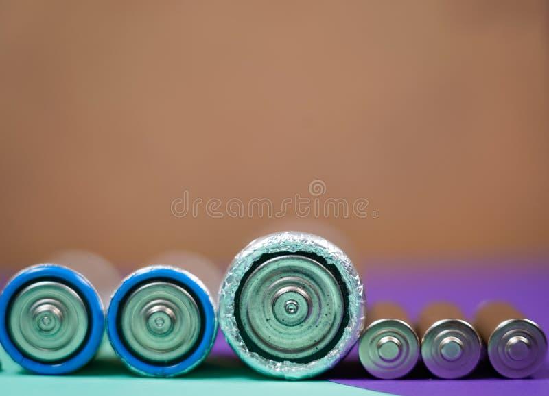 Πολλοί διαφορετικοί τύποι χρησιμοποιούμενοι ή νέα μπαταρία, επανακαταλογηστέος συσσωρευτής, αλκαλικές μπαταρίες στο υπόβαθρο χρώμ στοκ εικόνες με δικαίωμα ελεύθερης χρήσης