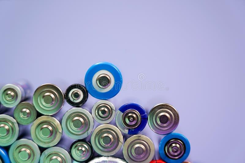 Πολλοί διαφορετικοί τύποι χρησιμοποιούμενοι ή νέα μπαταρία, επανακαταλογηστέο accumulat στοκ εικόνες με δικαίωμα ελεύθερης χρήσης