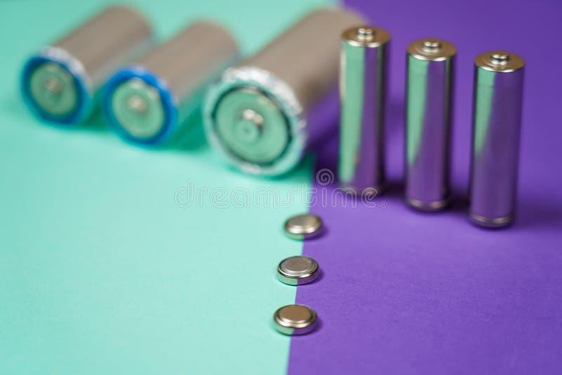 Πολλοί διαφορετικοί τύποι χρησιμοποιούμενοι ή νέα μπαταρία, επανακαταλογηστέο accumulat στοκ εικόνα