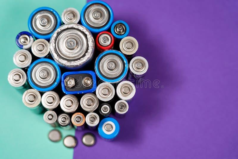 Πολλοί διαφορετικοί τύποι χρησιμοποιούμενοι ή νέα μπαταρία, επανακαταλογηστέο accumulat στοκ φωτογραφίες