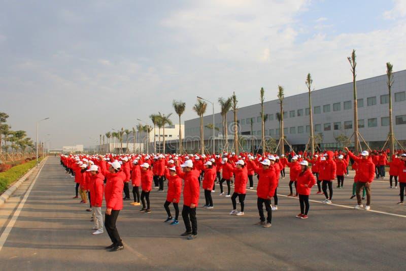 Πολλοί εργαζόμενοι ασκούν στο εργοστάσιο - ΤΣΕ Giang, Βιετνάμ στις 15 Δεκεμβρίου 2014 στοκ εικόνες