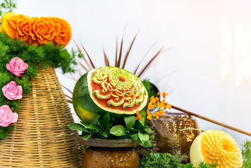 Πολλοί ζωηρόχρωμα και όμορφα φρούτα χάρασαν ή γλυπτός όπως η κολοκύθα πεπονιών καρπουζιών με το διάστημα αντιγράφων στοκ εικόνες