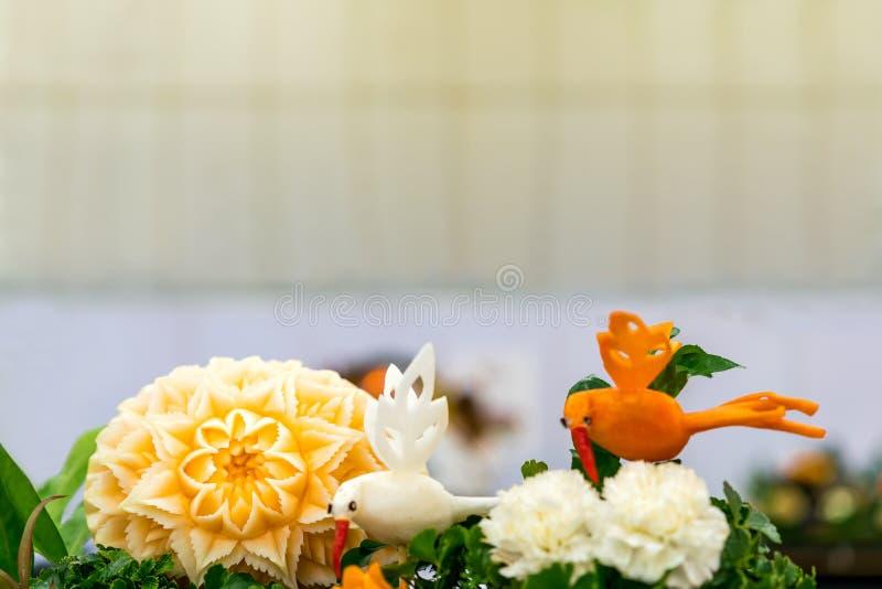 Πολλοί ζωηρόχρωμα και όμορφα φρούτα χάρασαν ή γλυπτός όπως η κολοκύθα  στοκ φωτογραφίες