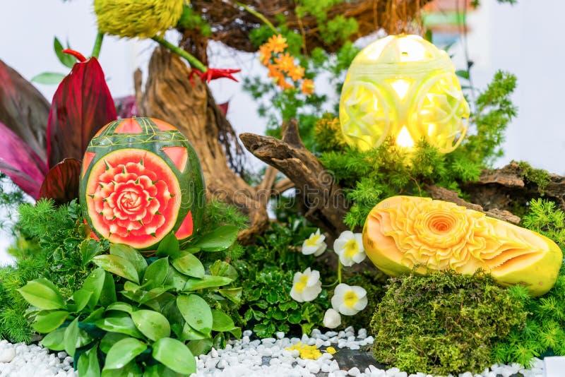 Πολλοί ζωηρόχρωμα και όμορφα φρούτα χάρασαν ή γλυπτός όπως η κολοκύθα πεπονιών καρπουζιών στοκ φωτογραφία με δικαίωμα ελεύθερης χρήσης