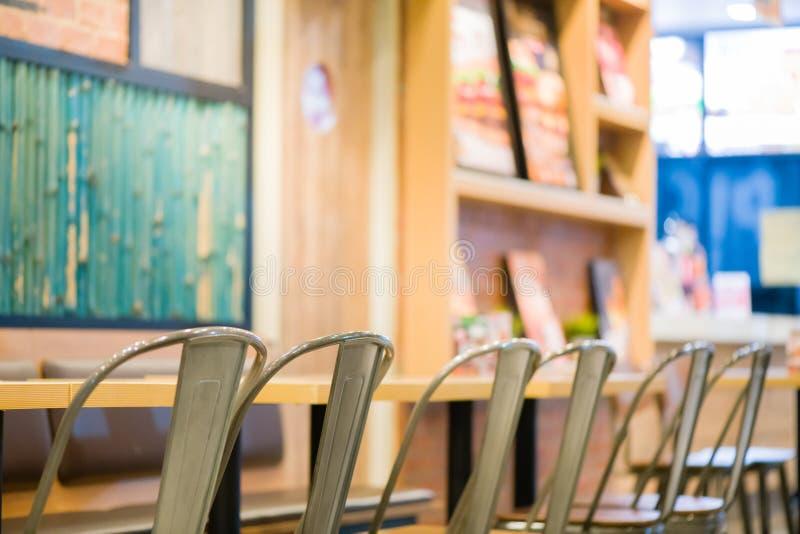 πολλοί κάθονται την καρέκλα χάλυβα και τον ξύλινο πίνακα στο γρήγορο φαγητό όμορφο εσωτερικό στο γρήγορο φαγητό πολλοί κάθονται γ στοκ φωτογραφίες με δικαίωμα ελεύθερης χρήσης