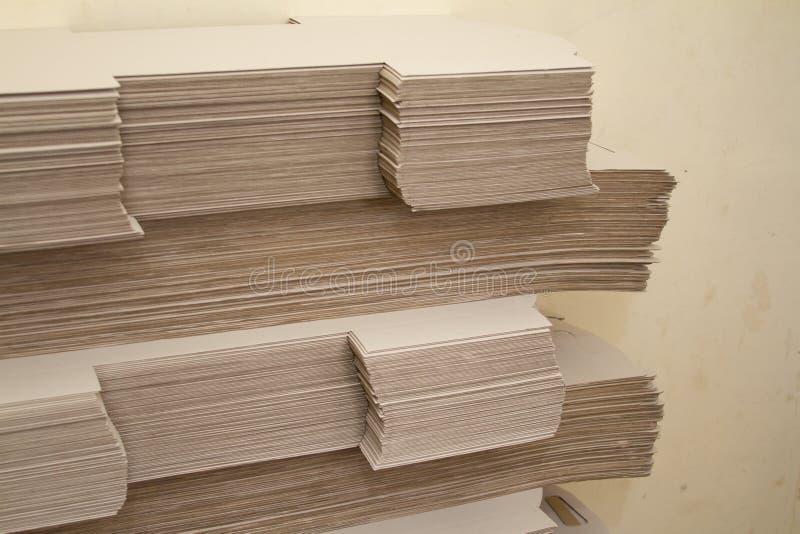 Πολλοί μεγάλοι σωροί του καφετιού εγγράφου στα πλαίσια των ανακυκλωμένων υλικών στοκ εικόνα με δικαίωμα ελεύθερης χρήσης