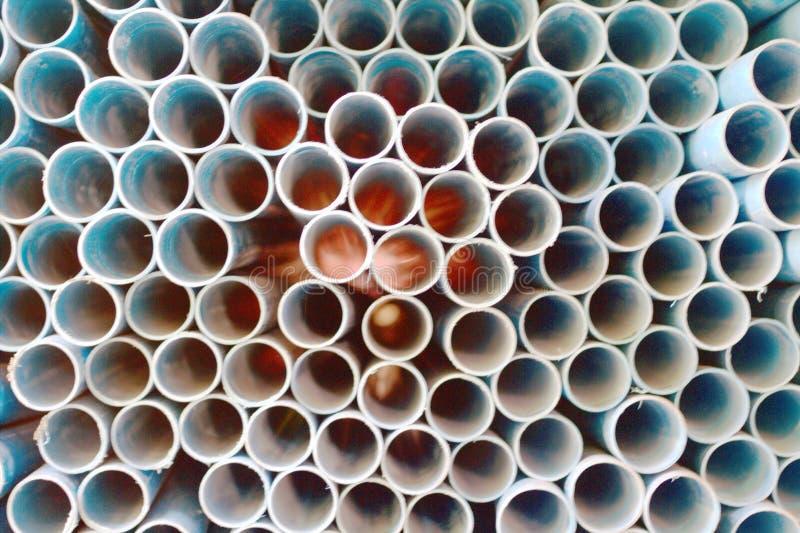 Πολλοί μπλε αγωγοί, φωτεινό πορτοκαλί υπόβαθρο Μπλε υπόβαθρο υδροσωλήνων PVC Μπλε υπόβαθρο υδροσωλήνων PVC στοκ φωτογραφίες