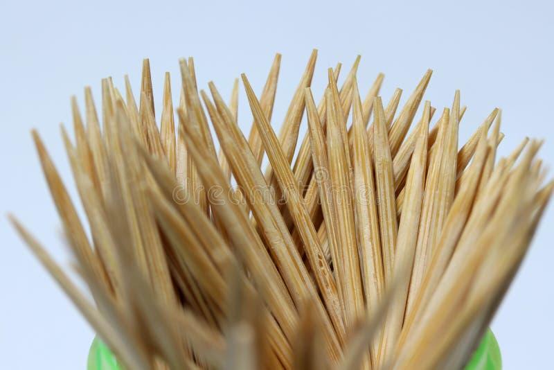 Πολλοί ξύλινη οδοντογλυφίδα βάζουν επάνω στο κυκλικό εμπορευματοκιβώτιο στο άσπρο πάτωμα στοκ φωτογραφία με δικαίωμα ελεύθερης χρήσης