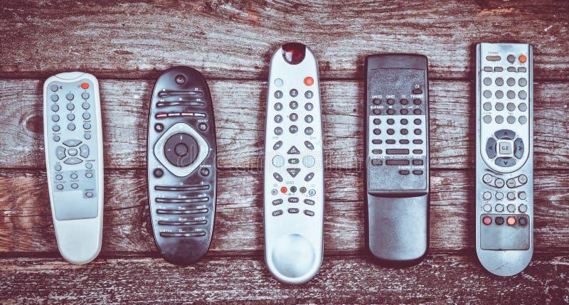 Πολλοί παλαιά TV remotes σε ένα ξύλινο υπόβαθρο Τοπ όψη στοκ φωτογραφία με δικαίωμα ελεύθερης χρήσης