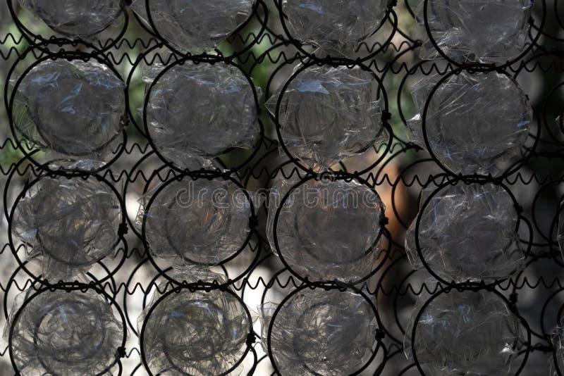 Πολλοί πλαστικό μπουκάλι στο πλέγμα στοκ φωτογραφίες