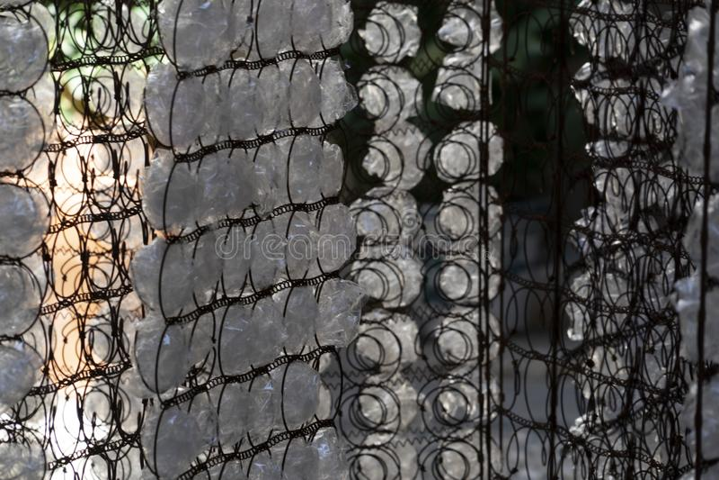 Πολλοί πλαστικό μπουκάλι στο πλέγμα στοκ εικόνες