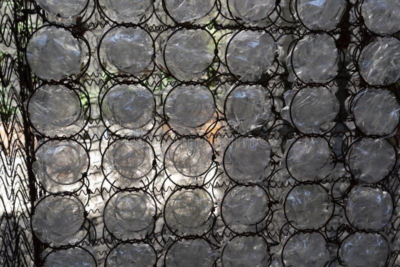Πολλοί πλαστικό μπουκάλι στο πλέγμα στοκ εικόνα με δικαίωμα ελεύθερης χρήσης