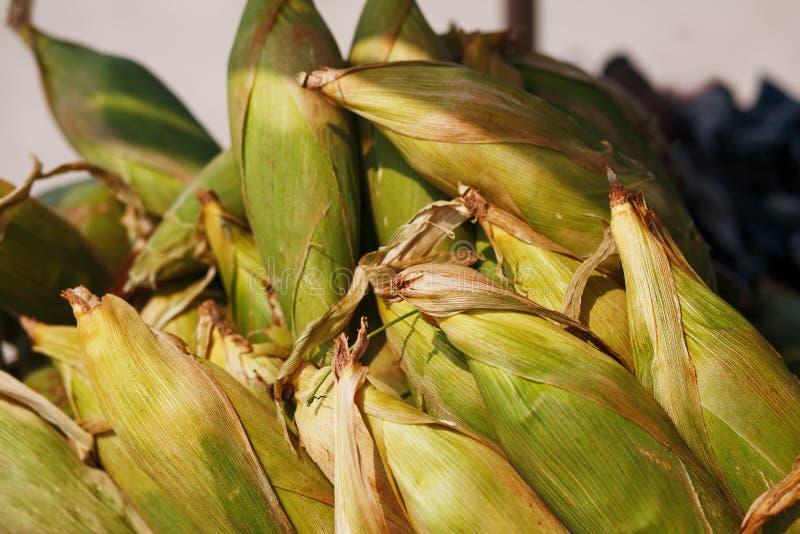 Πολλοί σπάδικες καλαμποκιού στο κάρρο Οι σειρές του καλαμποκιού στο κοχύλι, βάζουν στους σωρούς Ινδικά, ασιατικά τρόφιμα οδών Παρ στοκ εικόνες με δικαίωμα ελεύθερης χρήσης
