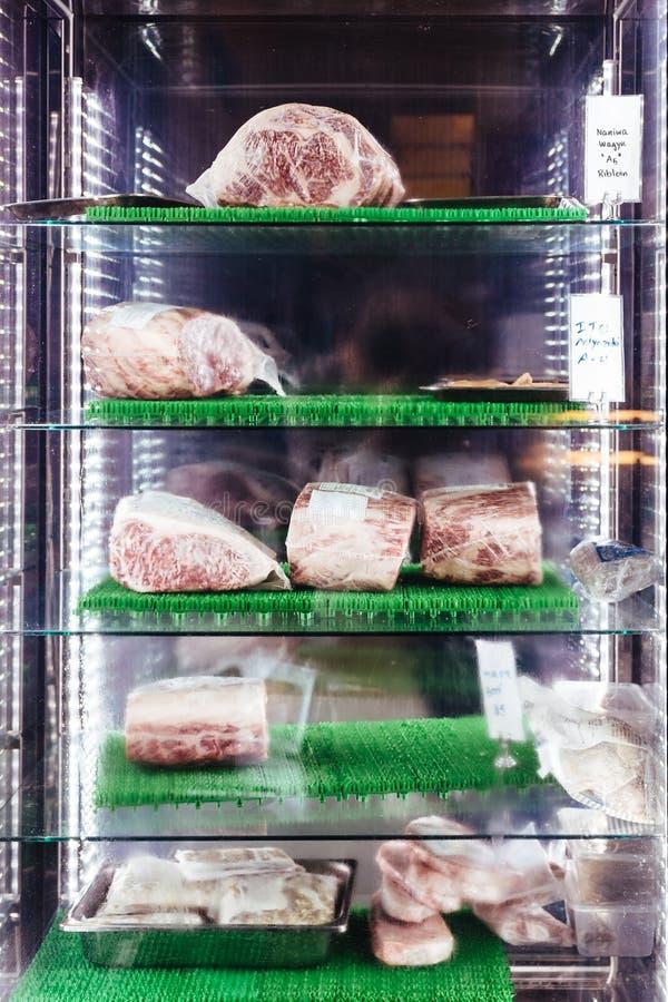 Πολλοί σπάνιοι όγκοι ασφαλίστρου του βόειου κρέατος Wagyu A5 με την υψηλός-σύσταση στο ψυγείο Εξυπηρετημένος για Sukiyaki και Sha στοκ εικόνες